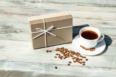 ano novo feliz 2007 Giftbox do aniversário com o copo branco do café preto w Imagem de Stock Royalty Free