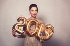 Ano novo feliz Mulher bonita com balões que comemora Eve Party de ano novo Menina de sorriso no vestido brilhante brilhante com fotos de stock