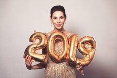 Ano novo feliz Mulher bonita com balões que comemora Eve Party de ano novo Menina de sorriso no vestido brilhante brilhante com fotografia de stock