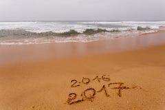 Ano novo feliz 2017 na praia Imagens de Stock Royalty Free