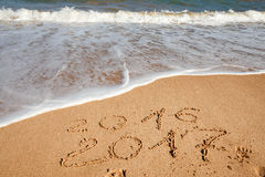 Ano novo feliz 2017 na praia Imagem de Stock Royalty Free