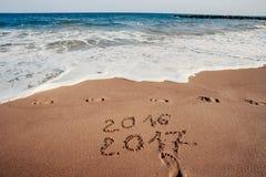 Ano novo feliz 2017 na praia Imagem de Stock