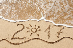Ano novo feliz 2017 na praia Fotos de Stock
