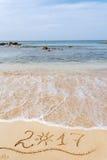 Ano novo feliz 2017 na praia Fotografia de Stock Royalty Free