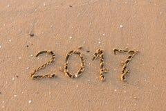 Ano novo feliz 2017 na praia do mar Fotos de Stock Royalty Free