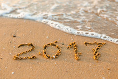 Ano novo feliz 2017 na praia do mar Imagens de Stock Royalty Free
