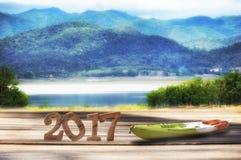 Ano novo feliz 2017 no fundo de madeira da opinião da paisagem da prancha e da montanha Fotografia de Stock Royalty Free