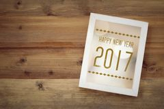 Ano novo feliz 2017 no quadro de madeira do vintage branco no backgr de madeira Fotografia de Stock Royalty Free