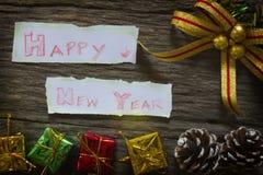 Ano novo feliz para o fundo O Natal apresenta em umas caixas do ouro foto de stock royalty free
