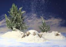 ano novo 2017, monte de neve na floresta com figuras do ano novo de vinda na perspectiva da queda de neve Fotografia de Stock Royalty Free