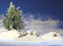ano novo 2017, monte de neve na floresta com figuras do ano novo de vinda na perspectiva da queda de neve Imagens de Stock