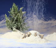ano novo 2017, monte de neve na floresta com figuras do ano novo de vinda na perspectiva da queda de neve Foto de Stock Royalty Free