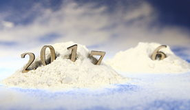 ano novo 2017, monte de neve na floresta com figuras do ano novo de vinda na perspectiva da queda de neve Fotos de Stock