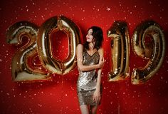 Ano novo Mulher com balões que comemora no partido foto de stock