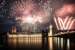 Ano novo na cidade - Big Ben com fogos-de-artifício Imagens de Stock Royalty Free