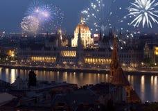 Ano novo na cidade - Budapest com fogos-de-artifício Fotos de Stock