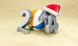 Ano novo 2014 na praia, bola de praia, het de Santa Imagens de Stock Royalty Free