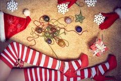 Ano novo 2016 Natal, pés magros 'sexy' da mulher dentro Imagens de Stock