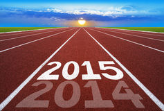 Ano novo 2014 no conceito da pista de atletismo com sol & o céu azul Foto de Stock