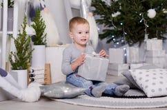 Ano novo no estilo escandinavo, árvore de Natal, mamã com uma criança, brinquedos do ` s das crianças, bebê do sono Fotografia de Stock
