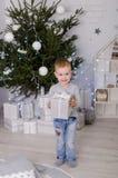 Ano novo no estilo escandinavo, árvore de Natal, mamã com uma criança, brinquedos do ` s das crianças, bebê do sono Fotografia de Stock Royalty Free