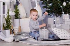 Ano novo no estilo escandinavo, árvore de Natal, mamã com uma criança, brinquedos do ` s das crianças, bebê do sono Imagem de Stock Royalty Free