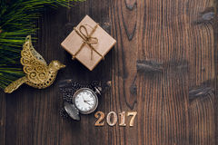 Ano novo no fundo de madeira com opinião superior do relógio Fotos de Stock Royalty Free