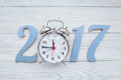 Ano novo no fundo de madeira com opinião superior do relógio Imagem de Stock