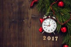 Ano novo no fundo de madeira com opinião superior do relógio Foto de Stock Royalty Free