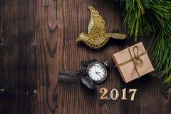 Ano novo no fundo de madeira com opinião superior do relógio Imagens de Stock Royalty Free