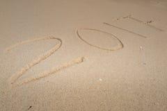 Ano novo 2017 que vem, em uma areia da praia, verão Imagens de Stock Royalty Free