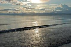 El sol poniente se refleja en el agua del lama del lago. Imagen de archivo