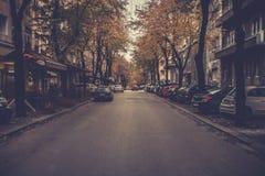 Anoitecer na rua da cidade imagens de stock
