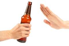 Anomalie de main une bouteille de bière image stock