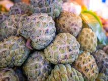 Anona da fruto o squamosa del Annona para vender en el mercado en Tailandia imagenes de archivo