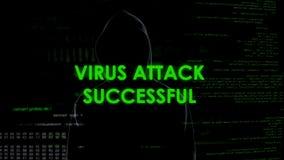 Anoniem mannetje die met succes server aanvallen door virus, cyber misdaadbedreiging stock foto's