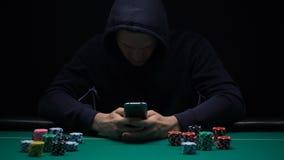 Anoniem mannetje die online spel op smartphone app, onwettige zaken, verslaafde spelen stock video
