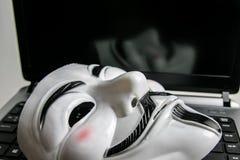 Anoniem masker op toetsenbord stock foto's