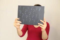 Anoniem, verbergend zijn gezicht achter de plaat vrouw die een houten kader, plaats voor tekst tonen De ruimte van het exemplaar Royalty-vrije Stock Foto