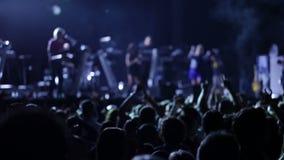 Anonieme menigte bij een pop overleg stock video