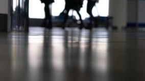 Anonieme mensen die door een luchthaventerminal lopen met koffers, zakken en bagage stock footage