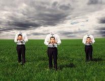 Anonieme mensen die zich op het groene gebied bevinden stock fotografie