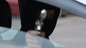 Anonieme moordenaar die slachtoffer schieten door autoraam, moord-voor-huur, misdaad stock footage