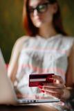 Anonieme vrouw die kaart voor aankoop gebruiken stock afbeelding