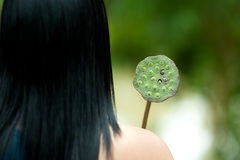 Anonieme vrouw met lotusbloem stock afbeeldingen