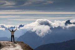 Anonieme vrouwelijke wandelaar met opgeheven wapens Mooi berglandschap Dolomiet Italië stock foto
