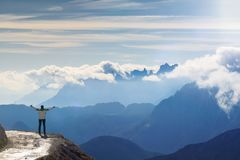 Anonieme vrouwelijke wandelaar met opgeheven wapens voor een mooi berglandschap Dolomiet Italië royalty-vrije stock foto's