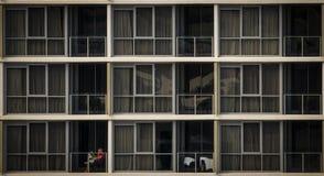 Anonieme vrouwenlezing in flat stock foto's