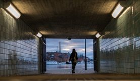 Anonimowa kobieta chodząca od stacja metru tunelu out zdjęcia stock