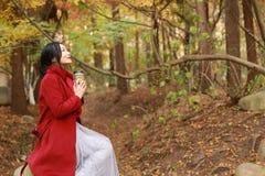 Anonimowa kobieta cieszy się takeaway filiżankę na pogodnym zimnym spadku dniu siedzi pod drzewem Obraz Stock